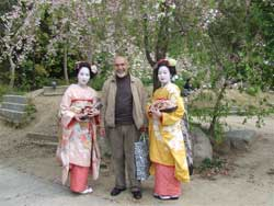 Maiko geisha in Kyoto. Ali Sensei is the one with the smile in the middle!