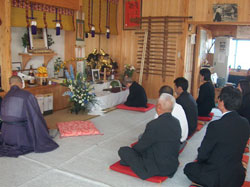 Morihiro Saito Shihan's Memorial Ceremony for the family. In front of the altar, Saito Shihan's widow prays.