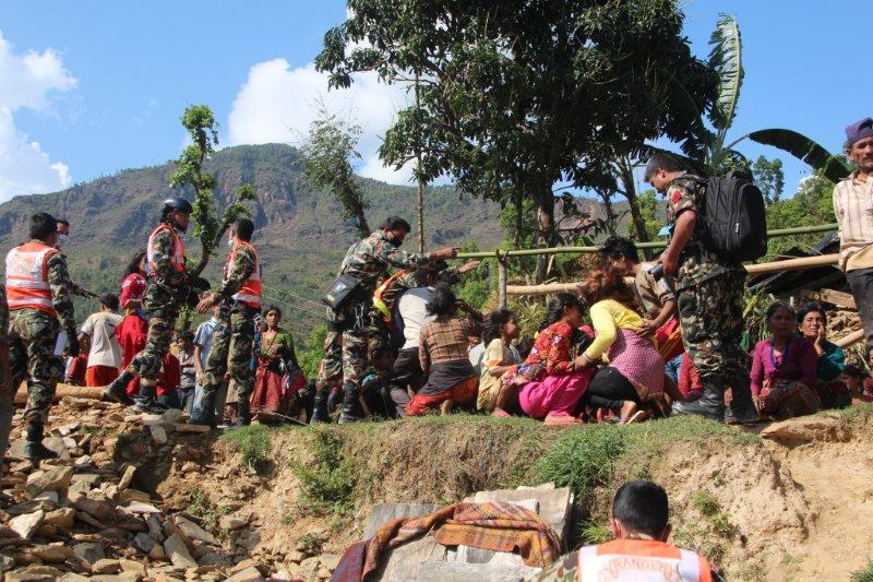Victims in mountain areas still afraid of aftershocks are helped by the Nepal Rangers.
